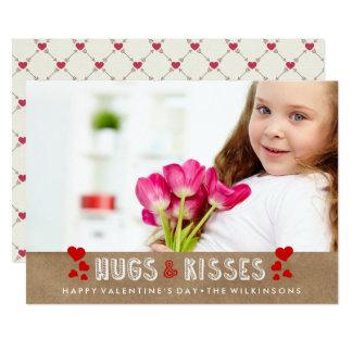 O feliz dia dos namorados abraça & beija a foto convite 12.7 x 17.78cm