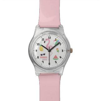O flamingo cor-de-rosa aprecia o relógio das
