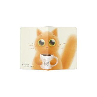 O gatinho bonito pintado mão com café coloca capa para passaporte