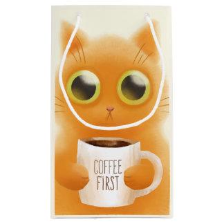 O gatinho bonito pintado mão com café coloca sacola para presentes pequena