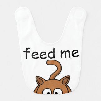 """O gatinho com fome """"alimenta-me"""" o babador do bebê"""