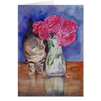 O gato apenas tem que cheirar os peonies. bonitos cartão comemorativo