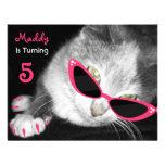 O gato com festa de aniversário dos óculos de sol  convites