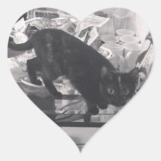 O gato é culpado travado adesivos de corações