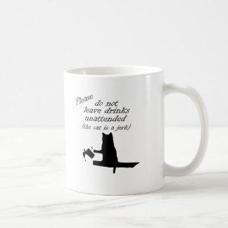 O gato é um empurrão caneca de café