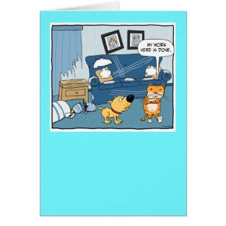 O gato engraçado rasga acima o cartão de
