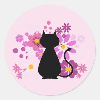 O gato no rosa floresce as etiquetas (redondas)