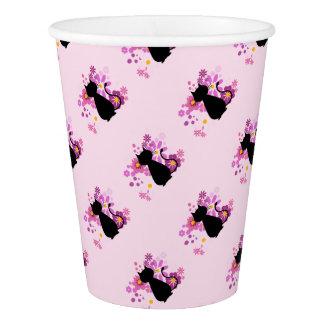 O gato no rosa floresce o copo de papel