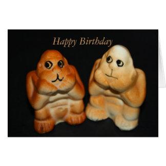O gêmeo imita o cartão do feliz aniversario