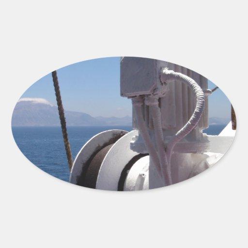 O guincho e a costa africana do navio adesivos oval