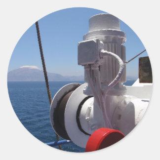 O guincho e a costa africana do navio adesivos em formato redondos