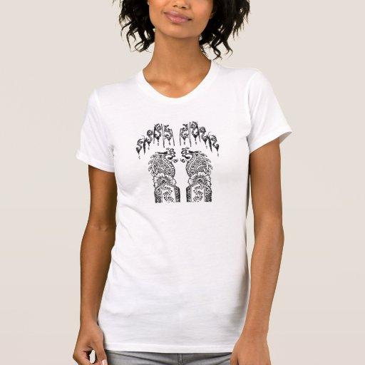 O Henna entrega o t-shirt