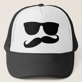 O homem do bigode boné