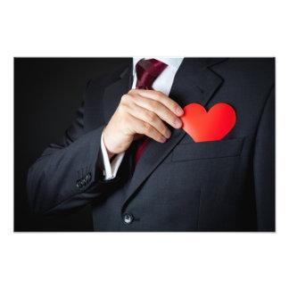 O homem elegante que esconde um coração vermelho n foto arte