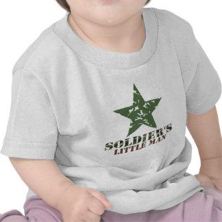 O homem pequeno do soldado camiseta