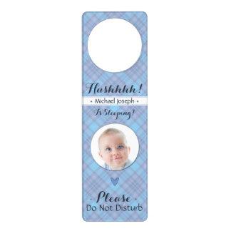 O Hush recém-nascido do menino não perturba o bebê Sinal De Porta