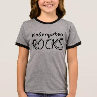 O jardim de infância balança a camisa dos miúdos