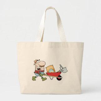 O jardineiro feliz conduz um carrinho de mão com f bolsas de lona