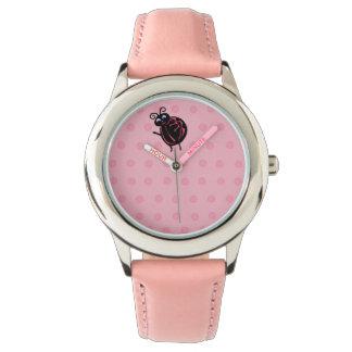 O joaninha bonito engraçado caçoa o relógio de