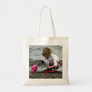 O jogo de criança na praia sacola tote budget