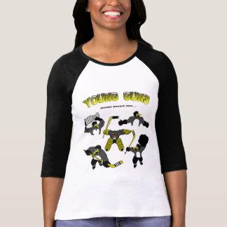 O jovem do pinguim das mulheres atira no t-shirt camiseta
