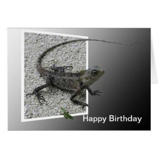 O lagarto passa rapidamente o cartão de