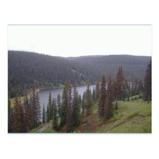 O lago na montanha do CO cobre o cartão