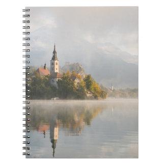 O lago nevoento do nascer do sol sangrou o caderno