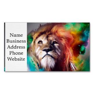 O leão colorido que olha acima empluma-se o