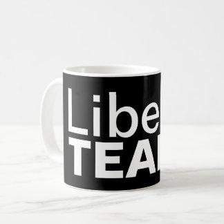 O liberal rasga a caneca de café