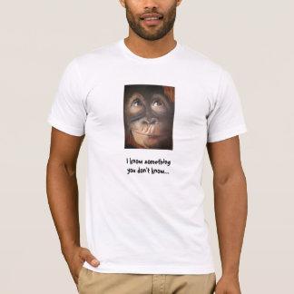 O macaco engraçado sabe algo camisa