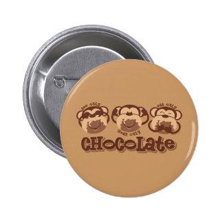 O macaco vê o chocolate boton