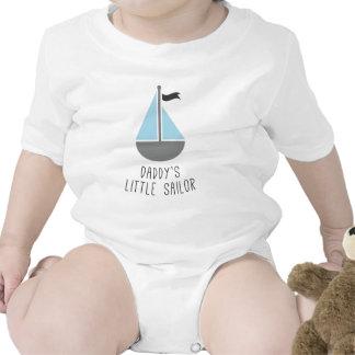 O marinheiro pequeno do pai macacões