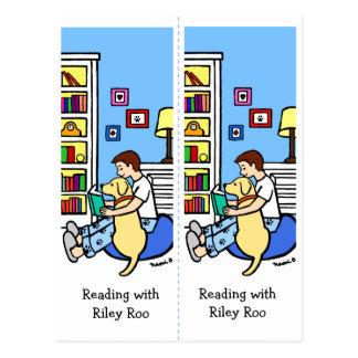 O menino da leitura com um Labrador amarelo marca Cartão Postal