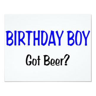 O menino do aniversário obteve o azul da cerveja convites