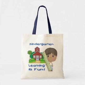 O menino étnico do jardim de infância que aprende bolsa de lona