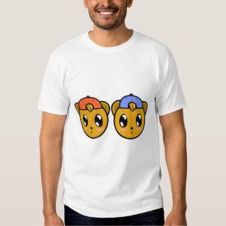O menino gêmeo do ursinho carrega o t-shirt
