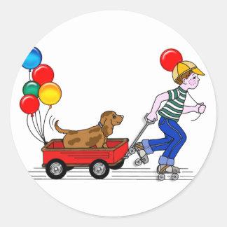 O menino, o cão, o vagão e os balões copiam adesivo em formato redondo