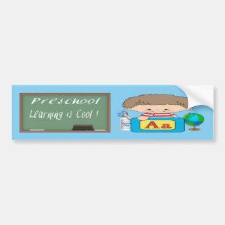 O menino pré-escolar que aprende é autocolante no  adesivo