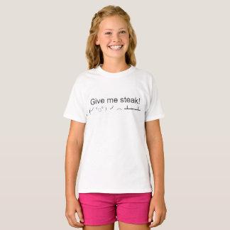 O miúdo magro dá-me o bife camiseta