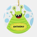 O monstro verde engraçado caçoa o gancho ou o berç ornamento para arvores de natal