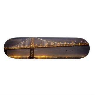 O moonrise hoje à noite sobre a ponte da baía shape de skate 19,7cm