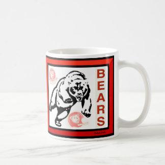O mordomo carrega a caneca de café