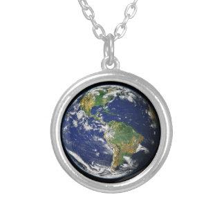 O mundo do espaço colar banhado a prata