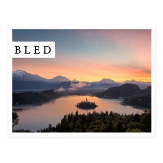 O nascer do sol sobre o lago sangrou o cartão