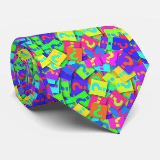 O néon colore a gravata do ponto de interrogação