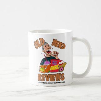 O nerd idoso revê a caneca de café