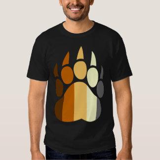 O orgulho do urso colore o t-shirt da pata