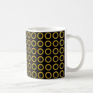 O ouro circunda o preto caneca de café