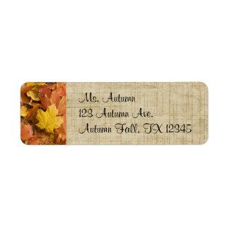 O ouro da queda do outono sae de etiquetas de etiqueta endereço de retorno
